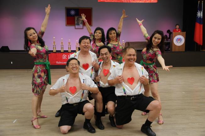 「傻瓜與美女」拿下了今年排舞比賽的第一名。(記者李榮/攝影)